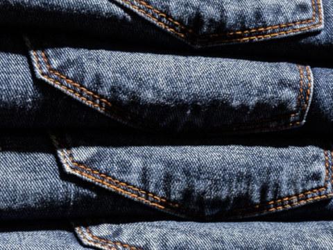 Poukładane w kupkę spodnie dżinsowe